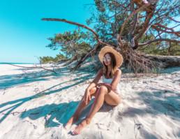 Kobieta w białym kostiumie na plaży w Juracie