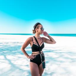 Kobieta w czarnym kostiumie na plaży w Juracie